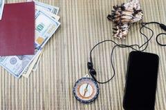 Preparación para las vacaciones, un pasaporte con el dinero a descansar sobre la tabla y un teléfono celular en el camino, Imagen de archivo