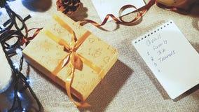 Preparación para los días de fiesta Lista de metas y de regalos de planificación por el Año Nuevo almacen de metraje de vídeo