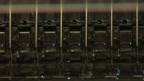 Preparación para los frascos de relleno de productos farmacéuticos almacen de video