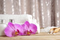 Preparación para los procedimientos del balneario, la sal, las toallas, la loción y las flores brillantes de orquídeas en la tabl fotos de archivo libres de regalías