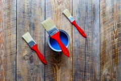 Preparación para pintar el piso de madera en casa con la pintura azul Fotografía de archivo