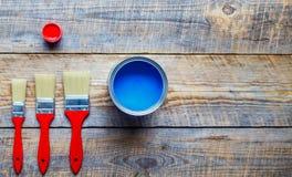 Preparación para pintar el piso de madera en casa con la pintura azul Foto de archivo libre de regalías