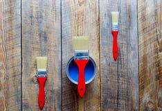Preparación para pintar el piso de madera en casa con la pintura azul Foto de archivo