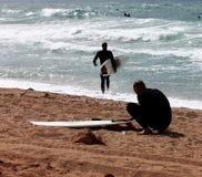 Personas que practica surf Imagenes de archivo