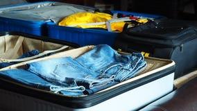 Preparación para viajar embalando el suitacse fotos de archivo