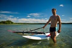Preparación para windsurfing Fotos de archivo libres de regalías
