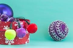 Preparación por el Año Nuevo y Navidad: caja roja de la Navidad con Br Imagenes de archivo