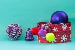 Preparación por el Año Nuevo y Navidad: caja roja de la Navidad con Br Imagen de archivo libre de regalías