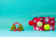 Preparación por el Año Nuevo y Navidad: caja roja de la Navidad con Br Fotos de archivo libres de regalías