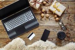 Preparación por la Navidad y el Año Nuevo Compras en línea Fotografía de archivo libre de regalías