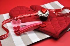 Preparación roja de la hornada de la cocina del corazón del tema del amor. Imagen de archivo