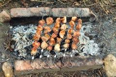 Preparación sabrosa de la barbacoa al aire libre en brasero Foto de archivo libre de regalías
