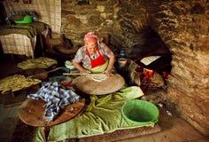 Preparación tradicional del tableside de la comida turca de Gozleme en un restaurante del pueblo Imagen de archivo
