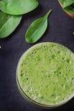 Preparación verde del Smoothie Foto de archivo libre de regalías