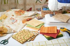 Preparación y selección de telas para el edredón de remiendo de costura en una máquina de coser eléctrica Fotos de archivo