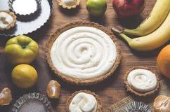 Preparaci?n de una torta de la fruta imagen de archivo libre de regalías