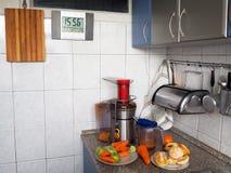 Preparaci?n del jugo de las frutas y verduras frescas imagen de archivo