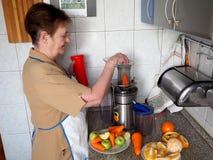 Preparaci?n del jugo de las frutas y verduras frescas imagenes de archivo