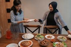 Preparaci?n musulm?n para la cena de ayuno del Ramad?n fotos de archivo