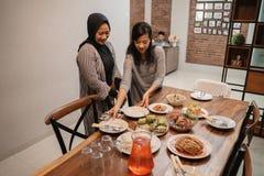 Preparaci?n musulm?n para la cena de ayuno del Ramad?n fotografía de archivo libre de regalías