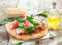 Preparación de la pizza hecha en casa del jamón Imagen de archivo libre de regalías
