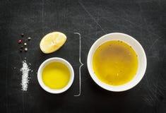 Preparación de la vinagreta del limón - ingredientes de la receta en la pizarra negra Foto de archivo