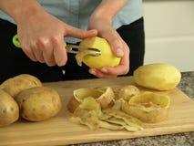 Preparación de las patatas Imagenes de archivo