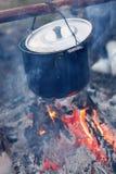Preparación del alimento en hoguera Imagen de archivo libre de regalías