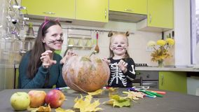 Preparaciones de Halloween La mamá y la hija están jugando en maquillaje Muestran gestos de la intimidación almacen de video