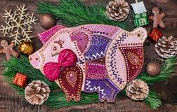 Preparaciones de la Navidad, tabla de cortar bajo la forma de cerdos, ramas del abeto, conos y decoraciones Año Nuevo del cerdo e imagen de archivo