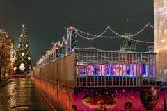 Preparaciones del Año Nuevo en Moscú en la noche Foto de archivo libre de regalías