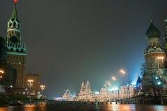 Preparaciones del Año Nuevo en Moscú en la noche Imagen de archivo