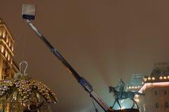 Preparaciones del Año Nuevo en Moscú en la noche Imágenes de archivo libres de regalías