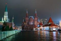 Preparaciones del Año Nuevo en Moscú en la noche Imagen de archivo libre de regalías