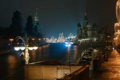 Preparaciones del Año Nuevo en Moscú en la noche Fotos de archivo libres de regalías