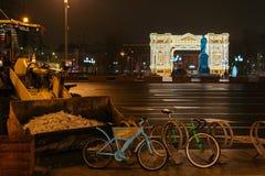 Preparaciones del Año Nuevo en Moscú en la noche Fotografía de archivo libre de regalías