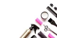 Preparaciones para diseñar el pelo en la opinión superior del fondo blanco Imagenes de archivo
