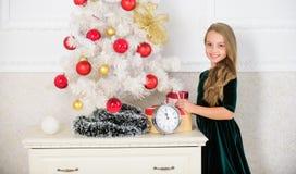 Preparaciones pasadas El niño celebra la Navidad en casa Día preferido del año Celebración de la Navidad Consiga increíblemente imagen de archivo