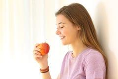 Preparado adolescente una manzana dentro Fotografía de archivo libre de regalías