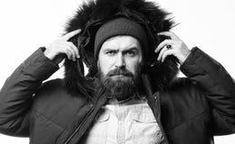 Preparado para mudanças do tempo Menswear à moda do inverno Parka morno do revestimento do suporte farpado do homem isolado no fu imagens de stock