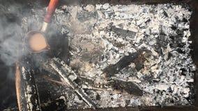 Preparamos el café en la madera en el fuego al aire libre almacen de video