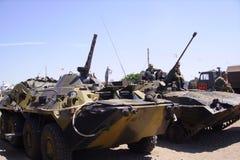 Preparando attrezzatura militare russa per gli esercizi di combattimento fotografia stock libera da diritti