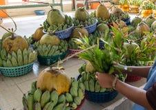 Preparando bandejas de oferecimento sacrificiais em Yangon imagem de stock