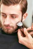 Preparando a barba barbershop foto de stock