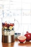 Preparando batidos com fruto e iogurte fotografia de stock