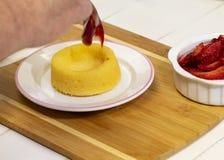 Preparando Berry Shortcake Dessert fresco II fotografia stock