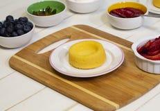 Preparando Berry Shortcake Dessert fresco mim imagem de stock