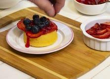 Preparando Berry Shortcake Dessert fresco V imagens de stock royalty free
