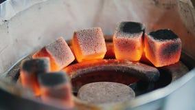 Preparando brasas para um cachimbo de água queimadura Fim acima filme