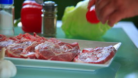 Preparando a carne para o bife vídeos de arquivo